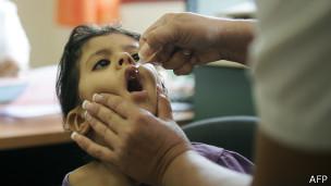 Criança sendo vacinada contra a pólio no Paquistão