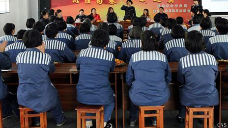 重庆女子监狱在囚人员参与法制教育讲座(中新社图片8/3/2013)