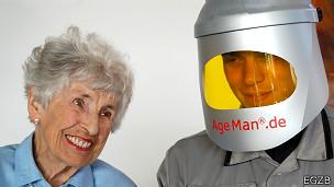 Adulto mayor con enfermero y su traje