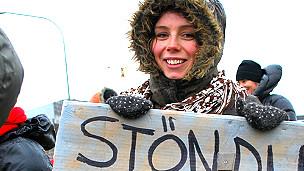 """Joven en la protesta de mujeres en 2010. El cartel que sostiene dice """"Juntas firmes, hermanas"""""""