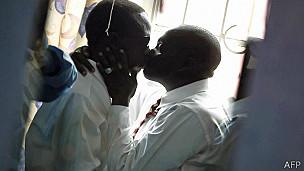 Pareja gay en Kenia
