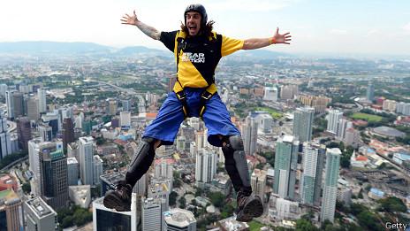 Hombre haciendo salto BASE