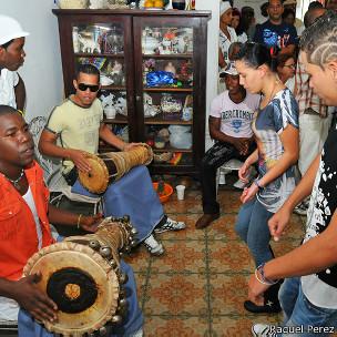 cubanos tocando tambor