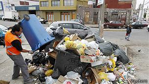 hombre lanza basura en una pila en esquina de valparaiso, chile