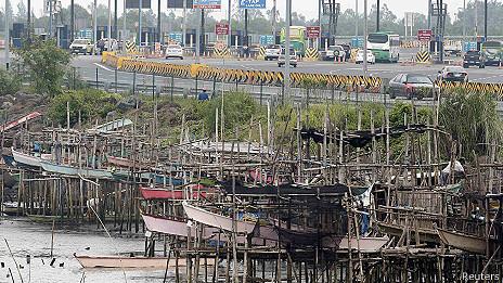 Barcos de pesca preparados para el paso del tifón Haiyan