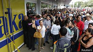 Multitud fuera de las tiendas Daka de Venezuela