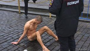 Полицейский охраняет Петра Павленского, пригвоздившего яички к камням Красной площади