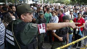 Policía controla las multitudes
