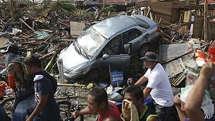 Auto destrozado en Tacloban