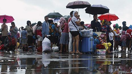 Filas de personas que esperan para salir de Tacloban