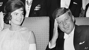 John Fitzgerald Kennedy y su esposa