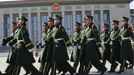 一群武警在北京人民大会堂前步操(12/11/2013)