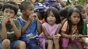 Niños afectados por el tifón
