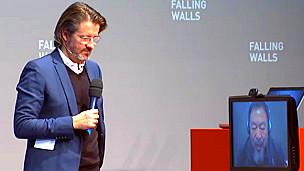 Olafur Eliasson y  Ai Weiwei presentando la obra Moon en la conferencia Falling Walls en Berlín