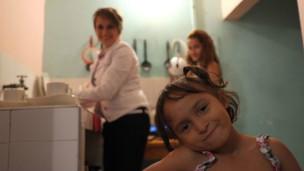 Yineth con sus hijas