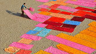 Un hombre tiende telas al sol en la India. Foto: Rabin Chakrabarti / CGAP Photo Contest