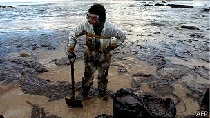 Voluntario en la limpieza del chapapote en 2003