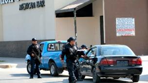 Policía federal vigila negocios en Ciudad Juárez, Chihuahua. Foto Jesus Alcazar/AFP/Getty Images