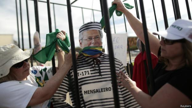 Manifestantes simulam prisão de José Dirceu durante protesto (foto: Reuters)
