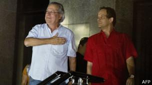 José Dirceu se entrega à polícia (foto: AFP)
