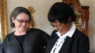 Winnie Mandela (der.)
