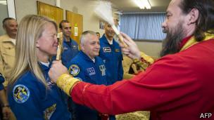 Отец Сергий - настоятель храма в Байконуре - благославляет астронавта НАСА перед полетом