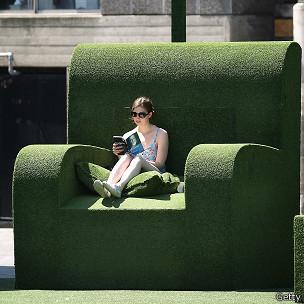 Mujer leyendo en un sillón