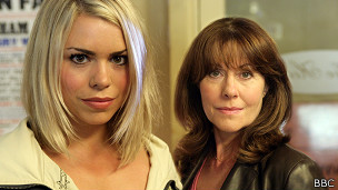 Rose Tyler (Billie Piper) y Sarah Jane Smith (Elizabeth Sladen)