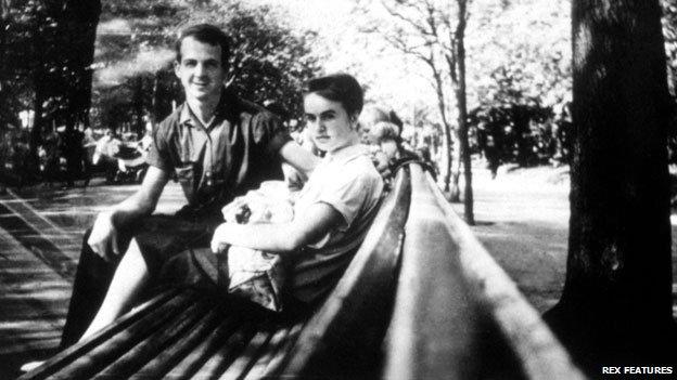 奥斯瓦尔德在明斯克结识了妻子玛丽娜,女儿1962年出生