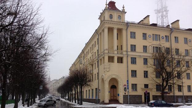 """奥斯瓦尔德的公寓位于明斯克市中心有名的""""共产主义大街"""""""