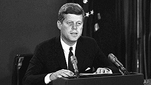 John Kennedy se dirige a la nación durante la crisis de los misiles de Cuba