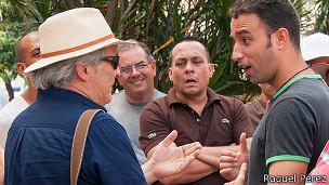Fernando Ravsberg debatiendo con cubanos.