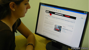 Cubana leyendo BBC MUndo