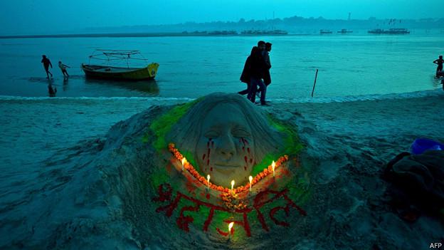 Escultura en arena con rostro de mujer