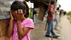 Una niña hondureña llora mientras su casa es desmantelada en un barrio de invasión