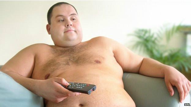 Hombre mirando la tele sin camisa