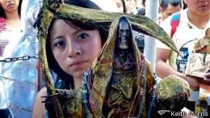 Seguidora de Santa Muerte. Foto: Keith Morris