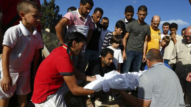 Enterro de criança imigrante em Lampedusa (Reuters)