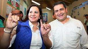 Juan Orlando Hernández, con su mujer tras votar