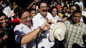 Xiomara Castro con Manuel Zelaya tras votar