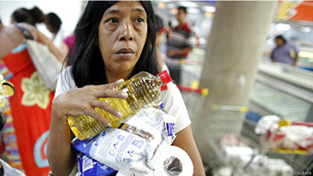 Mulher vai às compras na Venezuela  (foto: Reuters)