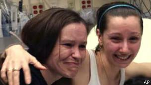Amanda Berry (derecha)