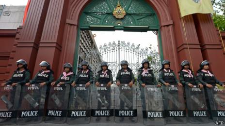 Cảnh sát bên ngoài Hạ viện Thái Lan hôm 26/11