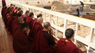 Các nhà khảo cổ khai quật Lumbini