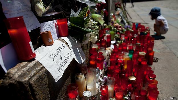 Velas y flores en memoria de las víctimas