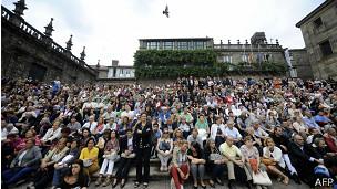 Asistentes a funerales de las víctimas, frente a iglesia en Santiago