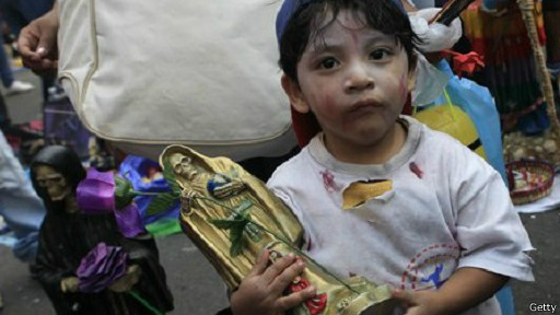 Menino segura imagem da Santa Muerte | Getty