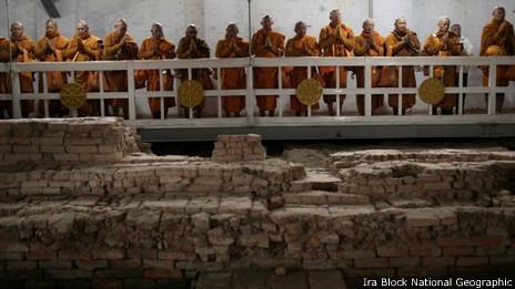 Monjes en el Templo budista Maya Devi en Lumbini