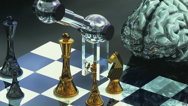 Robot jugando ajedrez, cerebro al lado