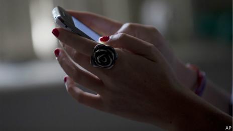 Manos sostienen un teléfono inteligente